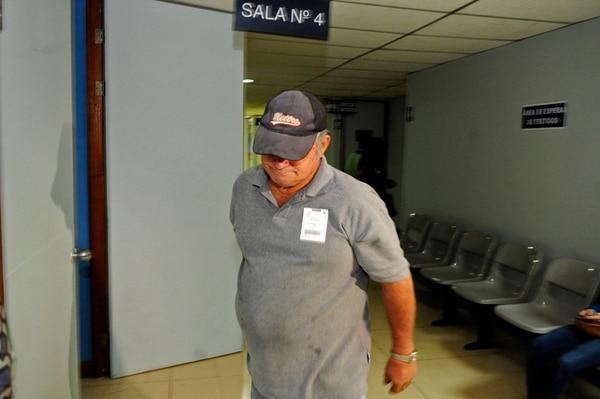 Víctor Manuel Salas, chofer del bus en el que viajaban las víctimas cuando se desplomó el puente sobre el río Grande de Tárcoles, en Turrubares, llegó a la audiencia ayer pero no brindó declaraciones. | ALEXÁNDER CARAVACA.