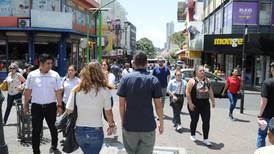 Transeúntes llenaron San José este sábado, pero cuidándose del nuevo coronavirus