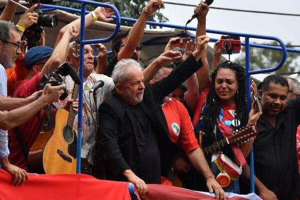 El expresidente brasileño Luiz Inácio Lula da Silva (centro) levanta el puño durante una manifestación frente al edificio del sindicato de trabajadores metalúrgicos en Sao Bernardo do Campo, en el área metropolitana de Sao Paulo, Brasil, el 9 de noviembre del 2019. Foto: AFP