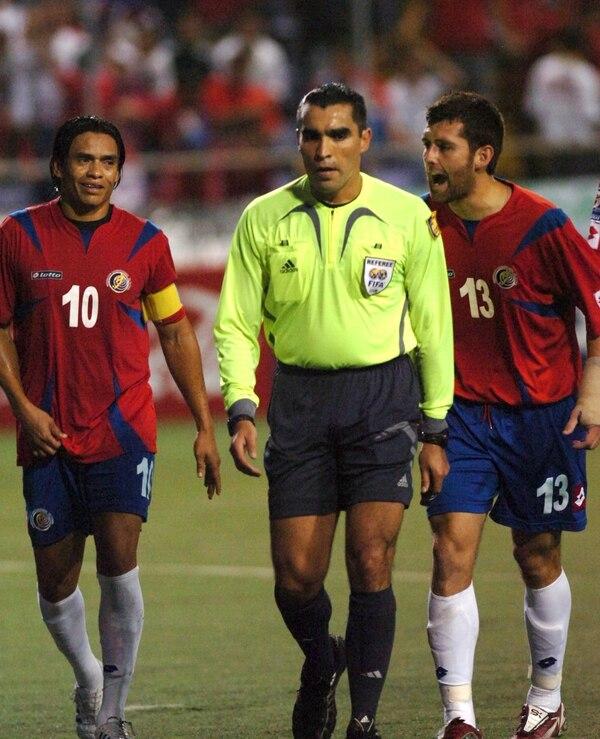 El 20 de agosto del 2008, Walter Centeno (10) y Gonzalo Segares, seleccionados de Costa Rica, protestaron una decisión del árbitro mexicano Marco Rodríguez en un partido hacia el Mundial de Sudáfrica 2010 contra El Salvador.