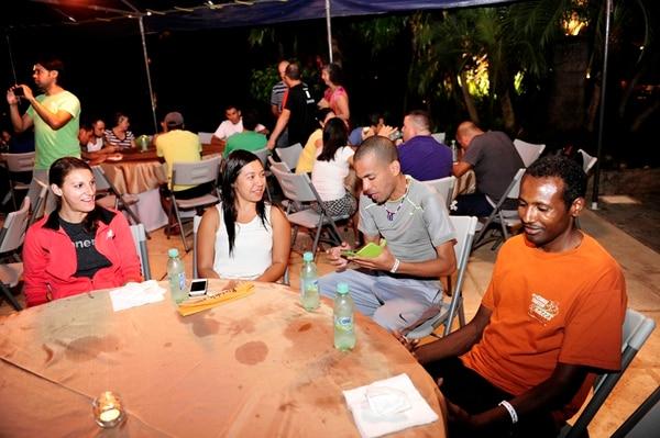 Emily Brown (izq.), Norberth Gutiérrez y Fidaku Lemma compartieron anoche con Paula López (centro) durante la cena previa a la carrera. | ADRIÁN SOTO