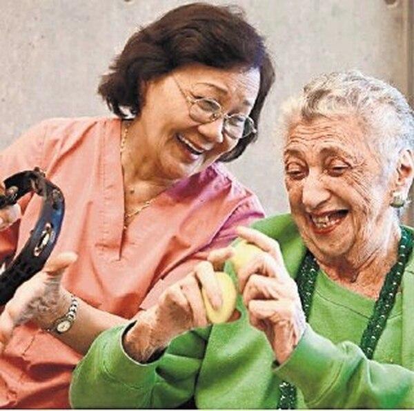 Realizar actividades constantemente y compartir con otras personas puede retrasar síntomas de la demencia. ADI PARA LN