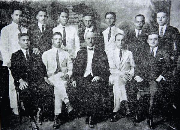 Luis Debaye y sus seguidores.