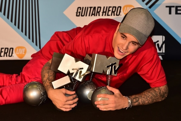 Bieber junto a los premios MTV que obtuvo este domingo.