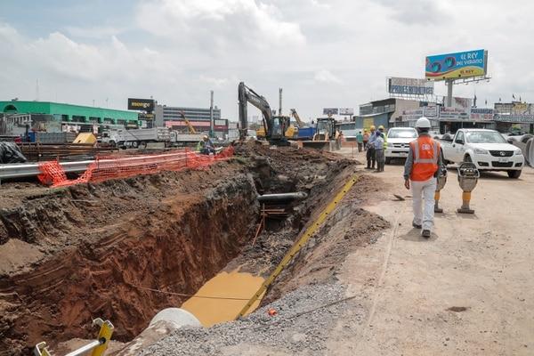 La suspensión se debe a la instalación de válvulas en las tuberías que se ubican donde se levanta un paso a desnivel en Garantías Sociales. Foto Jeffrey Zamora