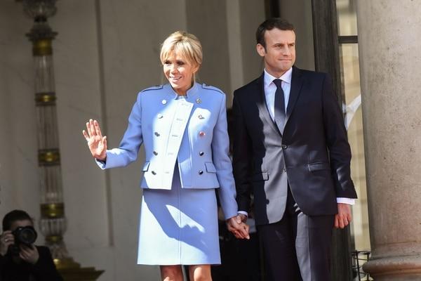 Brigitte Trogneux junto a su esposo el presidente recién electo de Francia Emmanuel Macron, juntos en el Palacio Presidencial del Elíseo.