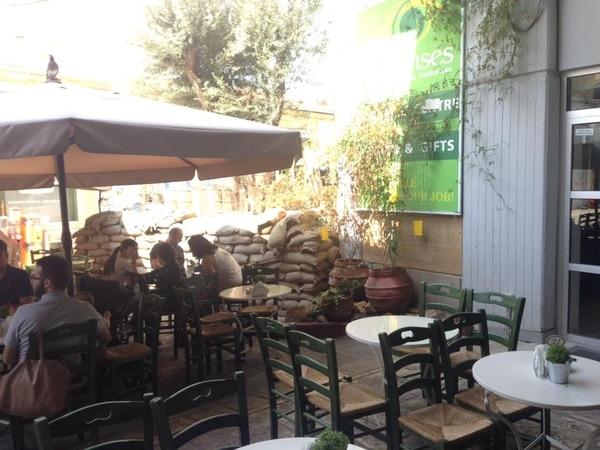 Uno de los tantos restaurantes de Nicosia, cuyas mesas están junto a sacos que funcionan como división territorial.