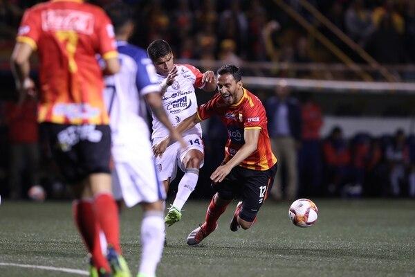 Marcos Mena, quien le comete una falta a Rándall Azofeifa, fue el tercer sancionado por San Carlos debido a faltas disciplinarias. Fotografía: John Durán