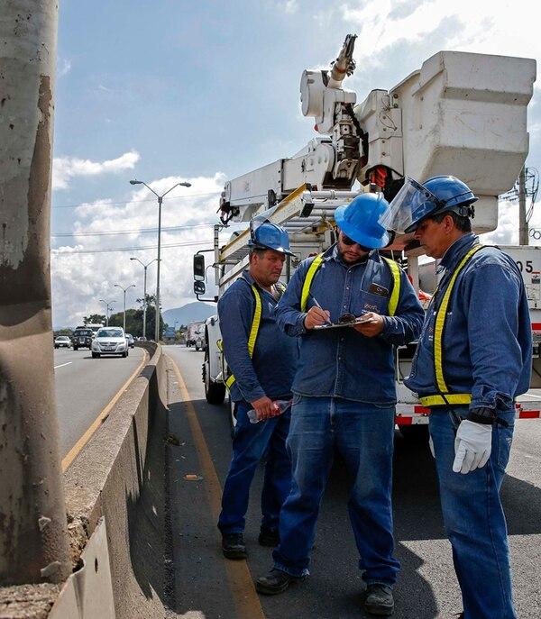 En la Compañía Nacional de Fuerza y Luz laboran 2.290 personas. A partir de mañana, el 5% de ellas dejarán la empresa. | ARCHIVO