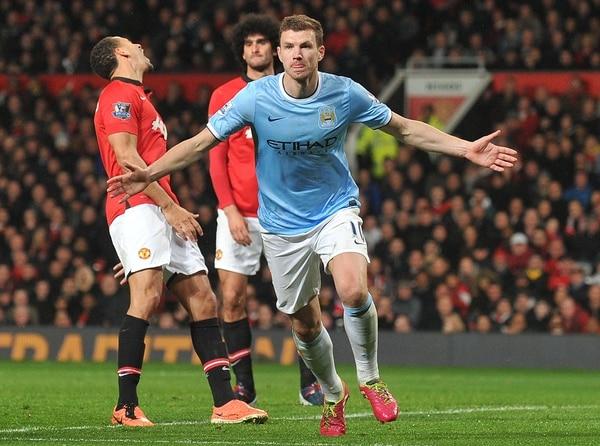 Edin Dzeko anotó un doblete en la victoria del Manchester City ante el Manchester United.