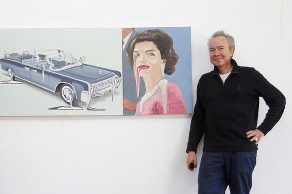 Joaquín Rodríguez del Paso posando con dos piezas de su autoría.