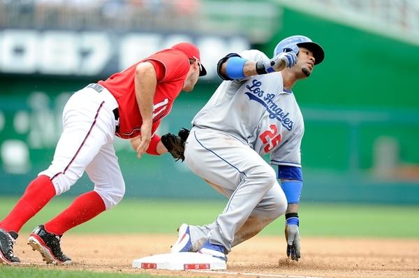 Carl Crawford, de los Dodgers de Los Ángeles, fue ponchado en tercera base por Ryan Zimmerman, de Washington, en el juego realizado en el Nationals Park. Los Dodgers triunfaron 9-2 y siguen muy de cerca a Arizona. | AFP