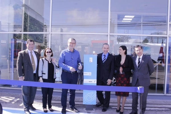 En el lanzamiento estuvieron representantes de Gobierno, de Red Motors y de la Compañía Nacional de Fuerza y Luz.