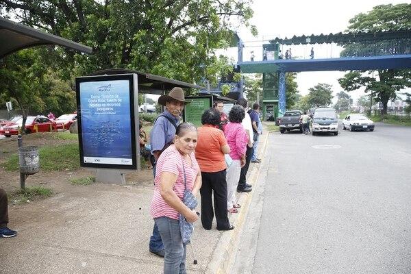 Flora Murillo llevaba una hora de esperar el bus en el Hospital México.