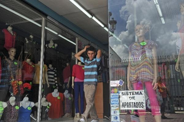 En la tienda distribuidora José Paolo, en avenida central, en San José, el sistema de apartados compite con las compras con tarjeta de crédito. Los apartados son más populares en meses previos a Navidad.   MAYELA LÓPEZ