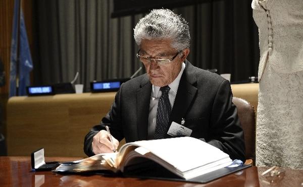 El vicepresidente de Costa Rica, Alfio Piva, firma el Tratado sobre el Comercio de Armas. | AFP.