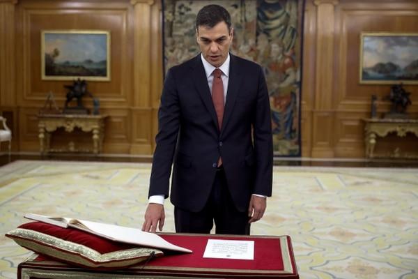 El nuevo primer ministro de España, Pedro Sánchez, toma posesión de su cargo durante una ceremonia de juramentación en el Palacio de la Zarzuela, cerca de Madrid, el 2 de junio de 2018. AFP.