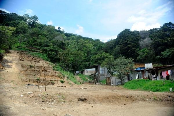 En uno de los sectores de calle Girales se observa el terraceo en una pendiente. Asimismo, en esa zona entubaron, sin autorización municipal, un caño que recoge el agua que baja de la montaña. | GESLINE ANRANGO