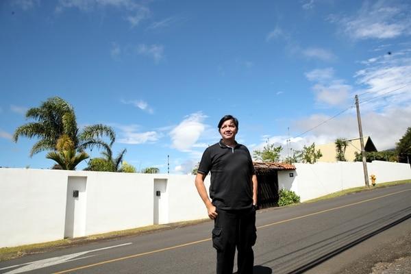 Alejandro Sáenz es un arquitecto que, cuando no está trabajando, está mirando al cielo buscando movimientos extraños. Su esposa lo acompaña en esta pasión. FOTO: John Durán