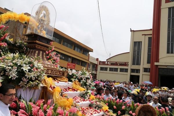 Cientos de devotos participaron en la tradicional 'pasada', cuando se lleva de regreso a la Negrita a su basílica desde la catedral de Cartago.   EVELYN ARCE