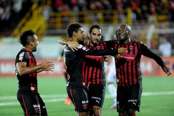 Manudos festejan uno de sus dos goles ante el San Miguelito, de Panamá, en el estadio Alejandro Morera Soto.