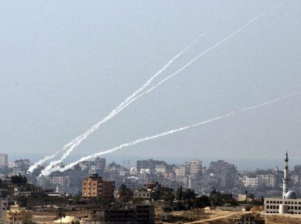 Parte del lanzamiento de cohetes desde territorios palestinos en la Franja de Gaza hacia Israel.   AFP.