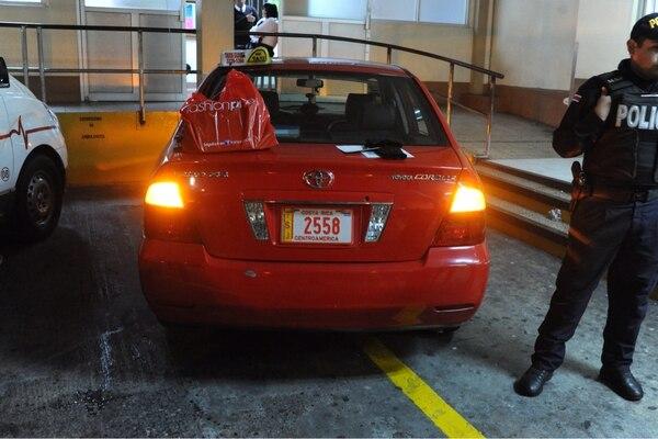 El universitario asesinado fue trasladado al Hospital San Juan de Dios en este taxi.