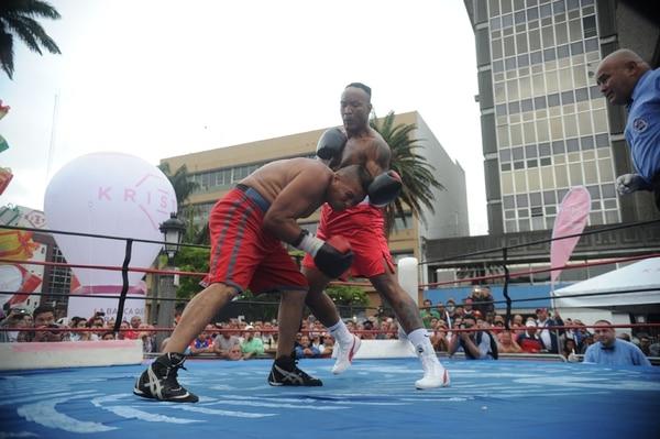 El experimentado Carl Davis (derecha) ganó por nocaut en el primer asalto al nicaragüense Juan Luis González. | JORGE NAVARRO