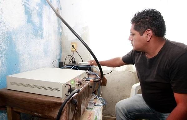 Un hombre opera parte del equipo de la red de telefonía celular de Talea de Castro. | AFP
