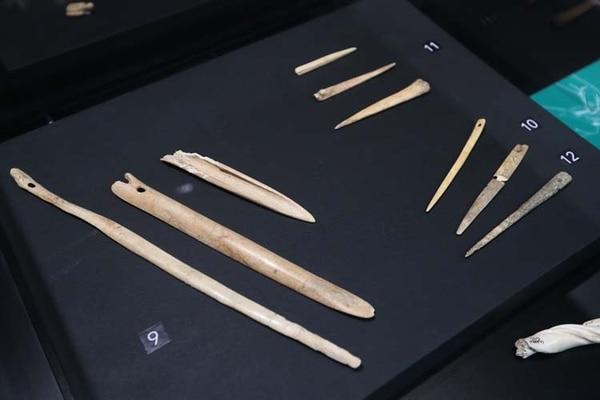 Los huesos de animales, como venados, se usaban para confeccionar destuzadores de elotes y agujas para coser redes de pesca.