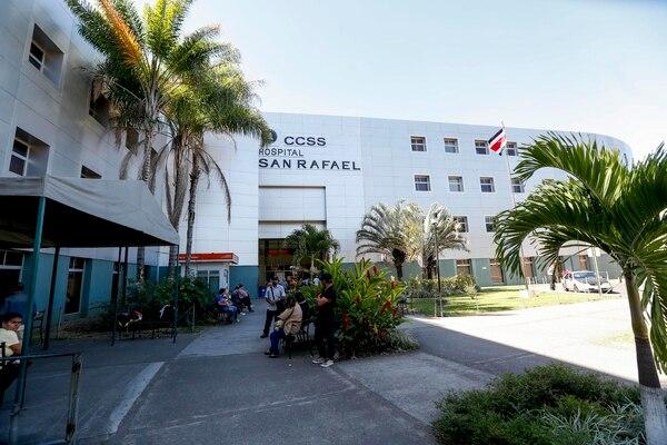 Antes de iniciar la construcción, el hospital tuvo que enfrentar un aumento en los costos debido a que la CCSS no detectó la presencia de arcilla en los suelos donde se levantaría el edificio. Esto incrementó en $2 millones más el costo de la obra.