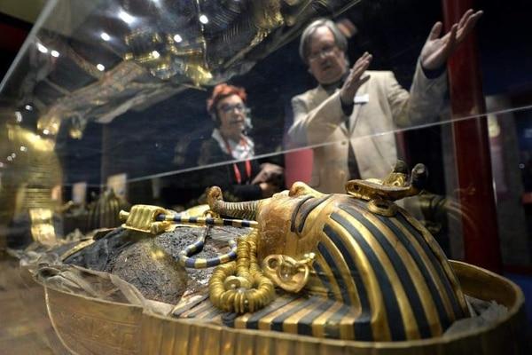 Dos visitantes observan la tumba de Tutankamón.