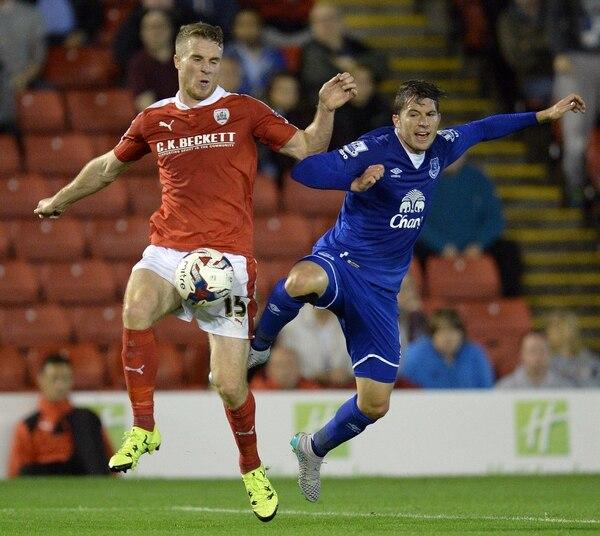 Bryan Oviedo intenta quitarle el balón al jugador del Barnsley Marley Watkins durante el partido por la Copa de Liga.