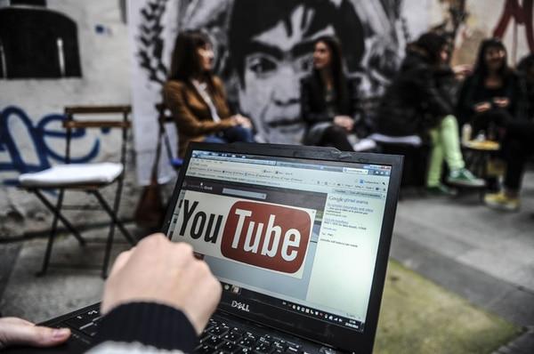 Una imagen tomada en marzo muestra a una persona que usa una computadora portátil y tiene acceso a YouTube en Estambul, Turquía.   AFP