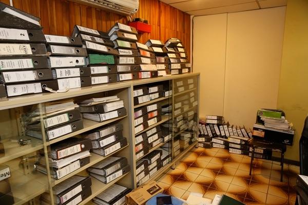 Los expedientes de muchos proyectos están almacenados en diferentes espacios del edificio de la DIEE ubicado en San José centro. Algunos de esos espacios huelen a humedad. Foto: Albert Marín.
