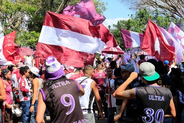 Aficionados de la gradería sur se congregaron en el parque de Tibás desde el mediodía del domingo, cuatro horas y media antes del juego. Ahí empezaron los encontronazos. Foto: Rafael Pacheco