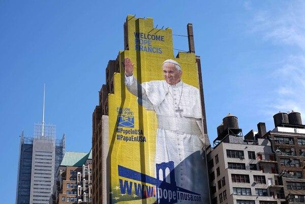 Un retrato del Papa se ve pintado en un edificio en Nueva York. Francisco pone en marcha este sábado un viaje que atraviesa Cuba y Estados Unidos, antiguos enemigos que ha ayudado a acercarse. | AFP