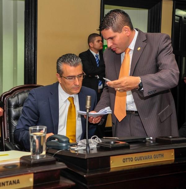 Fotografía de Otto Guevara y Fabricio Alvarado durante una reunión ordinaria de diputados en la Asamblea Legislativa en octubre del 2014. Foto: José Cordero