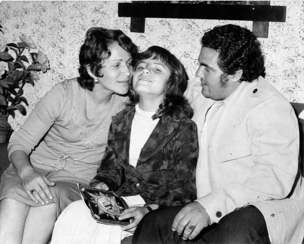 La cantante Jenny Castillo siempre estaba acompañada por sus padres Olman Castillo y María Cecilia Chaves. Foto: Archivo LN
