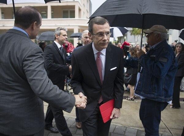 Javier García Bengoechea (derecha) y Michael Behn después de conversar con la prensa, en Miami -este jueves 2 de mayo del 2019- sobre la demanda que interpusieron contra la empresa de cruceros Carnival.