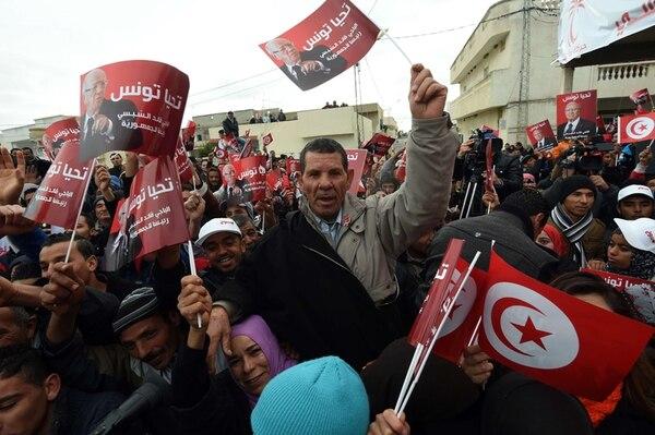 Los partidarios del candidato presidencial de Túnez, Beji Caid Essebsi, lo acompañaron ayer durante su gira de campaña electoral.   AFP