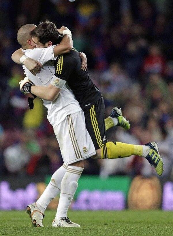 Pepe e Íker Casillas celebran ayer la victoria 2-1 del Real Madrid. | EFE