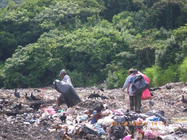 Botadero a cielo abierto en Nicoya. El Tribunal Ambiental ha clausurado ya 2 vertederos en el país.