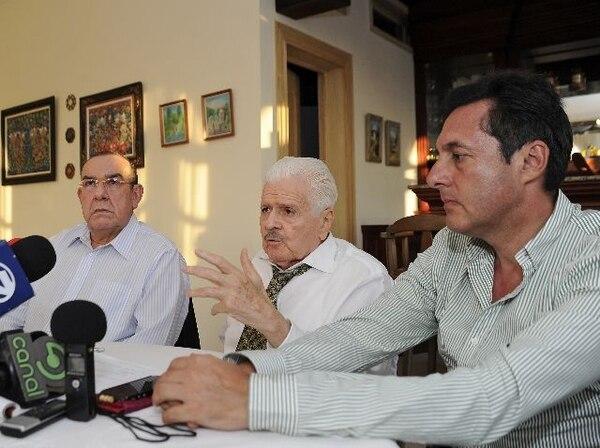 Rodrigo Arias (izquierda) y Antonio Álvarez se reunieron en la casa del presidente del PLN, Bernal Jiménez (centro) el 19 de junio anterior. | ALBERT MARÍN