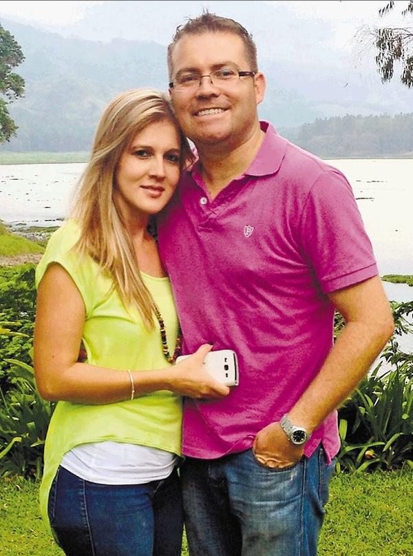 El popular locutor de la emisora Q'Teja, Andrés Zamora está jalando, y bien enseriado, con la guapa herediana Yirlany Rojas.