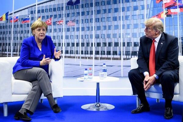 La canciller alemana, Angela Merkel (izq.), y el presidente estadounidense, Donald Trump, hacen una declaración a la prensa después de una reunión bilateral al margen de la cumbre de la OTAN, en Bruselas. Foto: AFP