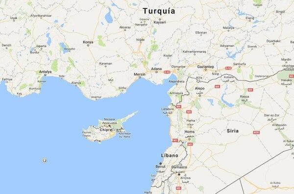 Chipre es una isla europea ubicada en el mar Mediterráneo, a unos 120 kilómetros de Siria y a 115 km de Turquía. Está habitada por cerca de 1,6 millones de personas, de las cuales, 1,3 millones están en el lado griegochipriota y el resto en el turcochipriota.