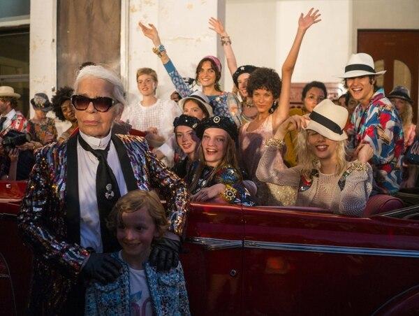 Karl Lagerfeld se fotografía con modelos durante la presentación de la campaña 'Cruise' de Chanel, en La Habana en 2016. AP