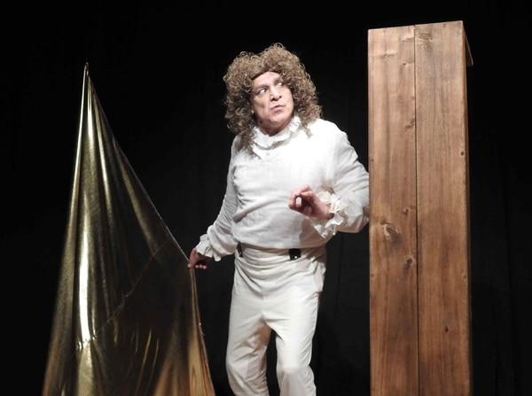 En el personaje de Pierre Baudie, de la obra 'Farandulá Faranduló', refleja una realidad social. El artista critica la obsesión con el dinero. Fotografía: Cortesía Compañía Nacional de Teatro.