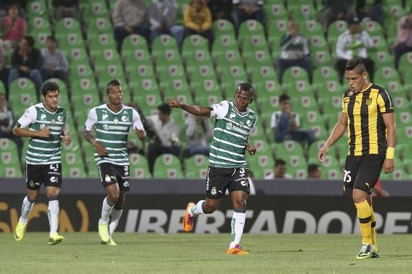 Darwin Quintero anotó uno de los goles del Santos Laguna ante el Peñarol de Uruguay.
